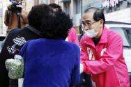 태구민(태영호) 미래통합당 강남구갑 후보가 3일 서울 강남상가 앞에서 유세를 마친 후 주민들과 인사하며 지지를 호소하고 있다.