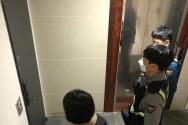 서울 강남구에서 경찰과 함께 자가격리자에 대해 점검하는 모습.
