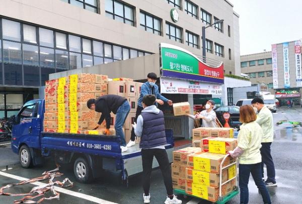 전남 나주교회 교인들이 정성껏 마련한 생필품 300상자를 실은 트럭이 대구광역시 남구청에 도착해 물품을 내리고 있다. ⓒ 나주교회