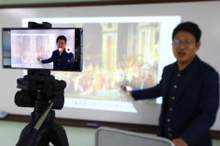 중3·고3부터 온라인으로 개학을 시작한 9일 서울 성동구 도선고등학교에서 세계사 교사가 2학년 학생들을 위한 동영상 수업을 촬영하고 있다.