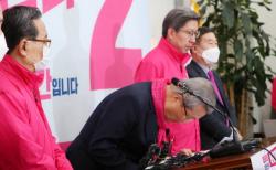 김종인 미래통합당 총괄선대위원장이 9일 서울 여의도 국회에서 열린 현안 관련 긴급기자회견에서 당 소속 후보들의 '막말' 논란에 고개를 숙이고 있다.