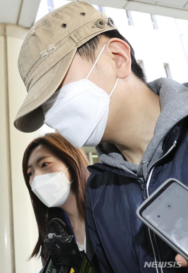 텔레그램 성착취범 조주빈(25)의 공범 혐의를 받는 대화명 '부따' 강모(18)군이 9일 서초구 서울중앙지법에서 열린 구속 전 피의자심문(영장실질심사)에 출석하고 있다. ⓒ뉴시스