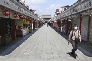 지난 8일 일본 도쿄 아사쿠사의 상점가 '나카미세' 거리가 텅 빈 가운데 한 시민이 마스크를 쓴 채 걸어가고 있다. 지난 7일 도쿄 등 7개 지역에 신종 코로나비아러스 감염증(코로나19) 확산을 막기 위해 긴급사태 선언이 발령됐다. ⓒ 뉴시스