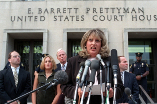 빌 클린턴 전 미 대통령과 백악관 인턴직원 모니카 르윈스키 사이의 성추문을 폭로한 린다 트립이 1998년 7월29일 워싱턴 연방법원 밖에서 기자들에게 이야기하고 있다. 트립은 8일(현지시간) 70세를 일기로 숨졌다. ⓒ 뉴시스