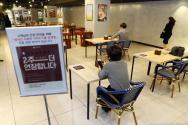 8일 오후 롯데백화점 대구점 식품관의 테이블이 비대면 식사를 위해 한쪽 면 의자가 모두 치워져 있다. 롯데백화점 대구점 측은 신종 코로나바이러스 감염증(코로나19) 확산 방지를 위해 오는 19일까지 매장 내에서 '사회적 거리 두기' 실천에 최선을 다할 것이라고 밝혔다. 2020.04.08.lmy@newsis.com