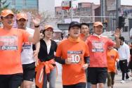 4·15 총선을 앞두고 국토 종주를 시작한 안철수 국민의당 대표가 11일 오전 비례대표 후보자들과 함께 충남 천안의 아라리오 조각광장을 달리고 있다.