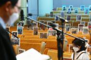 신종 코로나바이러스 감염증(코로나19) 확산 방지를 위한 사회적 거리두기가 시행되고 있는 가운데 부활절인 12일 오전 경기 성남시 분당소망교회에서 신자들이 보내온 사진을 붙여놓고 예배를 드리고 있다. ⓒ 뉴시스(워터마크 없는 것)