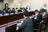 코로나19 감염병에 관련하여 학생회 상임위원회와 회의를 진행하고 있다.