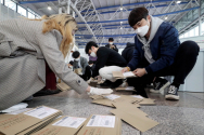 제21대 국회의원 선거 사전투표가 끝난 11일 오후 서울 용산구 서울역에 마련된 남영동 사전투표소에서 선거관계자들이 사전투표용지 분류작업을 하고 있다.