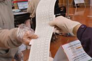 제21대 국회의원선거 사전투표일인 10일 오전 경기도 고양시 덕양구청에 마련된 사전투표소에서 한 유권자가 투표용지를 받고 있다.