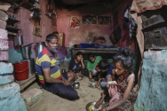 """신종 코로나바이러스 감염증(코로나19)으로 인해 이동금지령이 떨어진 인도의 알라하바드에서 한 가족이 식사를 하고 있다. 유엔(UN)은 16일(현지시간) 새로운 보고서를 발표하고 """"신종 코로나바이러스 감염증(코로나19)의 사회적 경제적 영향이 수백만 명의 아이들에게 재앙이 될 수 있다""""고 밝혔다. 그러면서 빈민가, 난민 수용소, 분쟁 지역, 장애 아동은 더욱 큰 타격을 받고 있다고 했다. ⓒ 뉴시스"""