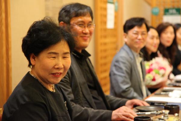 장학금 전달식 이후 인근 식당에서 교직원들이 모인 가운데 조촐한 명예퇴직 기념식이 진행됐다.