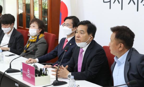 심재철 미래통합당 당대표 권한대행이 22일 서울 여의도 국회에서 최고위원회의 결과 브리핑을 하고 있다. ⓒ 뉴시스