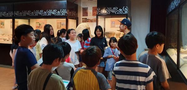 경기 남부지역 초등학생들이 한신대 박물관에 전시된 유물에 대한 설명을 듣고 있다.