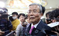 미래통합당 비대위원장직을 수락한 김종인 전 총괄선대위원장이 24일 오후 서울 중구 은행회관에서 열린 바른사회운동연합 주최 '21대 국회, 어떻게 해야 하나' 토론회에 참석해 격려사를 마치고 기자들의 질문에 답하고 있다.