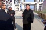 북한 조선중앙TV가 2일 김정은 국무위원장이 평안남도 순천에 있는 인비료공장 준공식에 참석했다고 보도하고 있다.