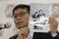 1969년 북한의 대한항공 납치 피해자 황원 씨의 아들인 황인철 씨가 지난 2018년 5월 기자회견에서 어린 시절 아버지와 찍은 사진을 들어 보이고 있다. ⓒVOA