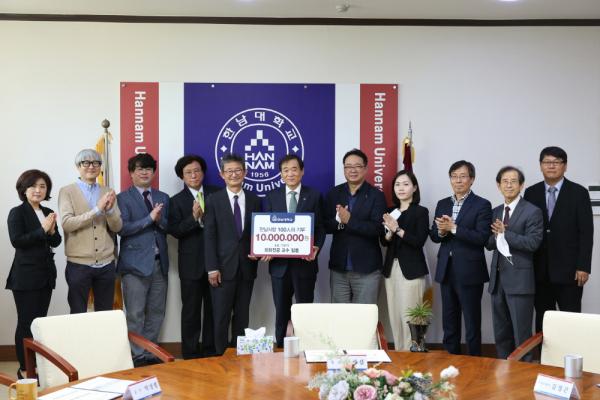 회회전공 교수들이 이광섭 총장(왼쪽 여섯번째)에게 발전기금 1천만원을 전달하고 있다.