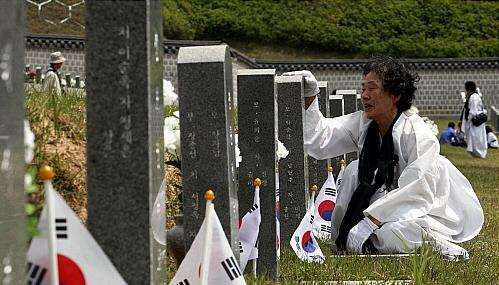 지난 2010년 5·18 민중항쟁 30주년 기념식을 하루 앞둔 17일 오전 광주 북구 운정동 국립 5·18 민주묘지를 찾은 유족들이 비석 앞에서 울고 있다.