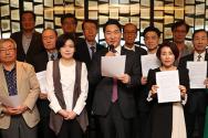 6일 오전 11시 서울 중구 한국프레스센터에서 '헌법을 생각하는 변호사 모임' 등 10개 단체 대표들이 '자유민주주의 통일교육 시행을 촉구하는 공동성명'을 발표하고 있다. /이진한 기자  출처 : http://news.chosun.com/site/data/html_dir/2020/05/07/2020050700064.html