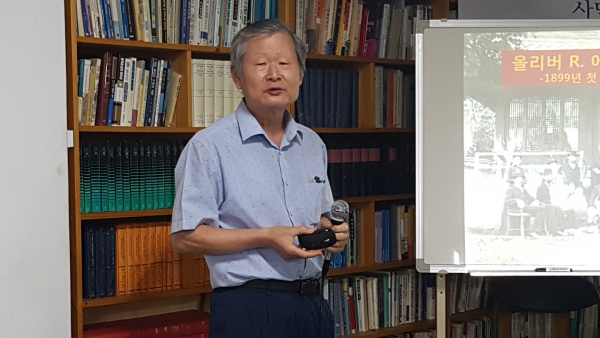 한국교회사학연구원 월례세미나에서 학술 발표를 하고 있는 박형우 박사.