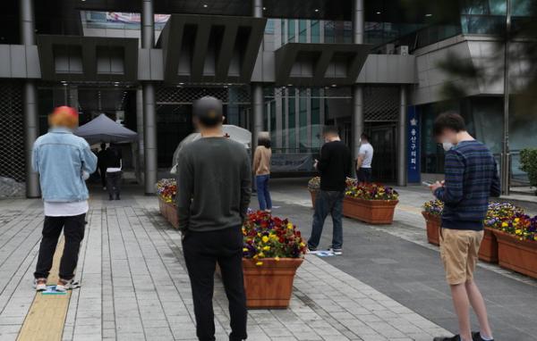 이태원 클럽발 신종 코로나 바이러스 감염증(코로나19) 집단 감염이 우려되는 가운데 10일 서울 용산구 보건소 선별진료소에서 시민들이 검사를 받기 위해 2미터 거리두기를 하며 줄서 기다리고 있다.