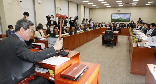 김학용 국회 환노위원장이 11일 오후 서울 여의도 국회에서 열린 환경노동위원회 전체회의를 주재하고 있다. ⓒ 뉴시스