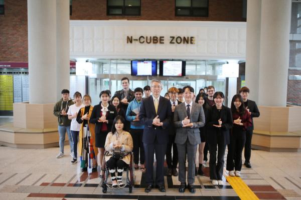 김경수총장, 서지원총학생회장(왼쪽) 등이 코로나19 극복 희망 캠페인 릴레이 캠페인에 참여하고 있다.