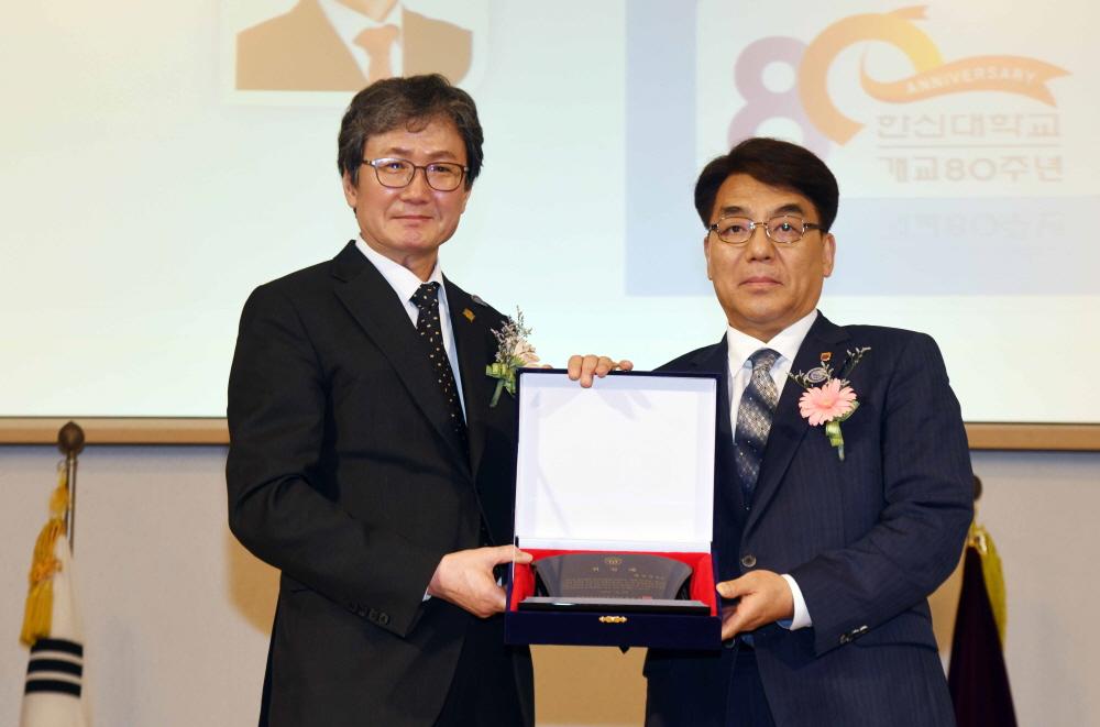 한신학원 제30대 박상규 이사장(우)에게 육순종 한국기독교장로회총회장이 취임패를 수여했다.
