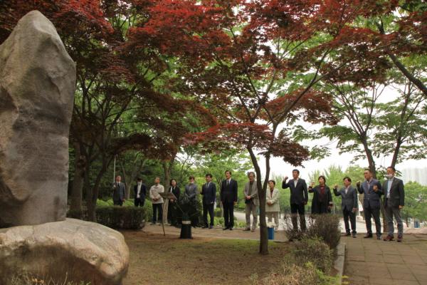 류동운 열사 추모예배 참석자들이 '임을 위한 행진곡'을 제창하고 있다.