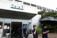 삼성서울병원 간호사 4명이 신종 코로나바이러스 감염증(코로나19)에 감염됐다고 확인된 19일 서울 강남구 삼성서울병원에 내원객들이 오가고 있다.