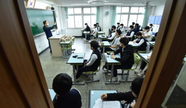 고등학교 3학년 등교가 시작된 20일 오전 경기 수원시 팔달구 수원고등학교에서 고3 학생들이 수업을 듣고 있다. ⓒ 뉴시스