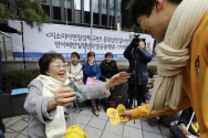 제1421차 일본군 성노예제 문제해결을 위한 정기 수요시위가 열린 8일 서울 종로구 옛 주한일본대사관 앞에서 위안부 피해자인 이용수 할머니가 참가자들을 안아주고 있다.