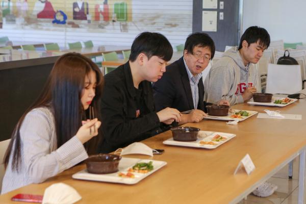 장순흥 총장이 학생들과 아침 식사를 하며 응원과 격려의 메시지를 전달하고 있다.