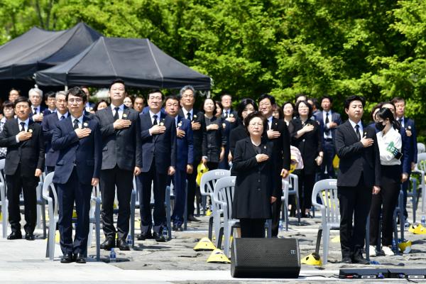 추모식에 참석한 이들이 국민의례를 하고 있다.ⓒ노무현재단