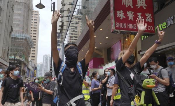 홍콩 시내 중심가에서 24일 시위 참가자들이 중국의 홍콩 국가보안법 제정에 반대하는 시위를 벌이고 있다. 이들이 펼쳐 보이고 있는 다섯개 손가락과 한개의 손가락은