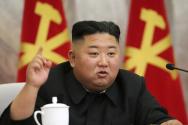 북한 조선중앙통신이 24일 공개한 촬영 날짜 미상의 사진에 김정은 북한 국무위원장이 북한 노동당 제7기 제4차 중앙군사위원회 확대 회의에 참석해 발언하고 있다. 김정은 위원장은 이날 핵전쟁 억제력 강화 방안 등을 논의한 것으로 알려졌다.ⓒ뉴시스