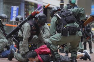 지난 24일 홍콩 코즈웨이베이에서 중국의 국가보안법 제정에 반대하는 시위가 열린 가운데 경찰이 시위대를 진압하고 있다.