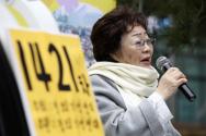 제1421차 일본군 성노예제 문제해결을 위한 정기 수요시위가 열린 지난 1월8일 서울 종로구 옛 주한일본대사관 앞에서 위안부 피해자 이용수 할머니가 발언을 하고 있다.