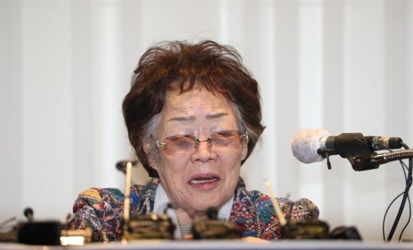 일본군 위안부 피해자 이용수 할머니가 25일 오후 대구 수성구 만촌동 인터불고 호텔에서 열린 기자회견에서 발언하고 있다.