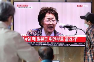 시민들이 25일 서울 용산구 서울역 대합실에서 일본군 위안부 피해자 이용수 할머니의 기자회견을 시청하고 있다.
