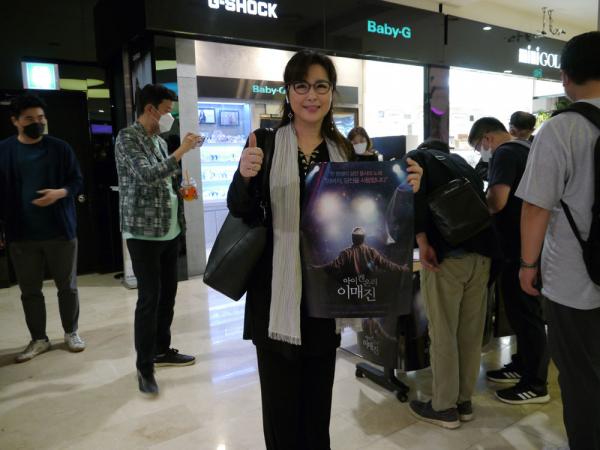 한국찬양사역자연합회 송정미 회장이 영화 '아이 캔 온리 이미진' 시사회에서 포스터를 들고 포즈를 취했다.