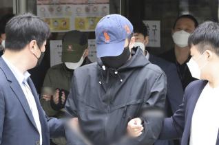 박사방 유료회원 임모(뒤 왼쪽)씨와 장모(앞 가운데)씨가 지난 25일 서울 서초구 서울중앙지법에서 구속 전 피의자 심문(영장실질심사)을 받은 뒤 나오고 있다. ⓒ 뉴시스