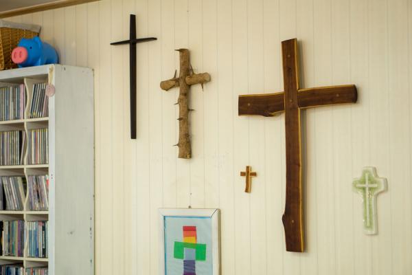 김 교수 사무실 문을 열고 들어가면 정면에 보이는 벽에 보이는 십자가 © 조성호 기자