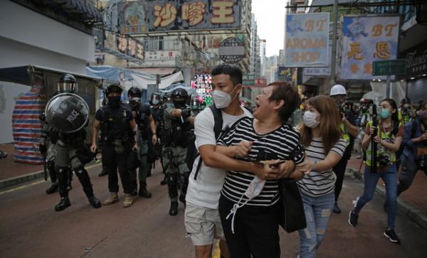 27일(현지시간) 홍콩 몽콕에서 한 여성이 시위 지역에 접근하지 말라는 경찰의 경고에 언성을 높이며 말다툼을 하고 있다. 마이크 폼페이오 미 국무장관은