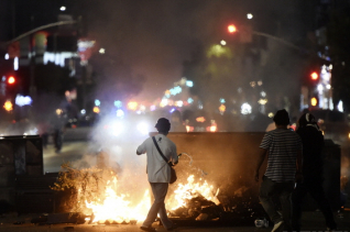 미 로스앤젤레스에서 30일 밤(현지시간) 한 남자이 흑인 남성 조지 플로이드의 죽음에 항의하는 시위 도중 불에 가연성 액체플 붓고 있다. 개빈 뉴섬 캘리포니아 주지사는 이날 미국에서 가장 인구가 많은 카운티인 로스앤젤레스 카운티에 비상사태를 선포했다.