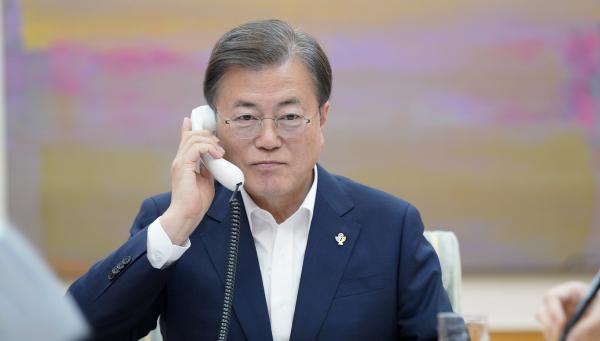 문재인 대통령이 1일 청와대 관저에서 도널드 트럼프 미국 대통령과 통화하고 있다. (