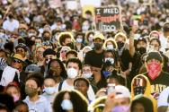 미국 캘리포니아주 오클랜드에 1일(현지시간) 수천명의 군중이 경찰의 과잉진압으로 인해 사망한 조지 플로이드 사건에 항의하는 시위에 운집해있다.