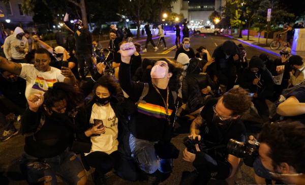 1일(현지시간) 워싱턴 백악관 인근에서 시위대가 흑인 조지 플로이드 사망을 규탄하며 무릎을 꿇는 퍼포먼스를 하고 있다. ⓒ 뉴시스