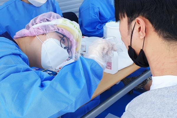 전주예수병원 상산고 코로나19 검사 전주예수병원 직원들이 상산고 재학생들을 대상으로 코로나19 검사를 하고 있다.